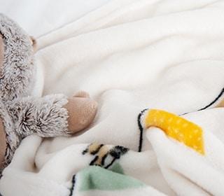 Zu den Kissen und Decken