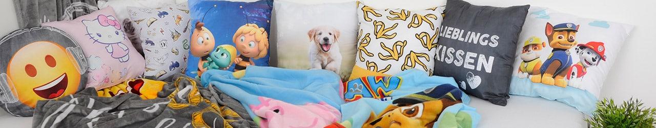 bunte Kissen und Decken